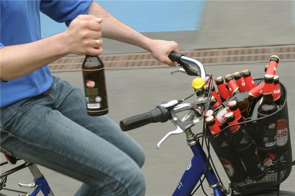Radfahrer fährt in Fußgängergruppe